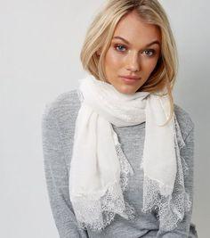 Long foulard écru bordé de dentelle