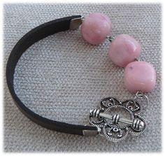 R83 -  Pulseira em couro castanho e contas acrilicas cor de rosa claro. 5$  Visite: http://artebijuarmanda.blogspot.pt
