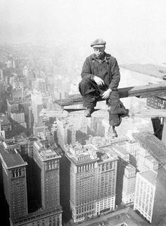 vintage everyday: A worker relaxing during the construction of the Empire State Building, 1930 photo by Lewis Hine Vintage Pictures, Old Pictures, Old Photos, Empire State Building, Lewis Hine, Vintage New York, Vintage Black, Construction Worker, Vintage Photographs