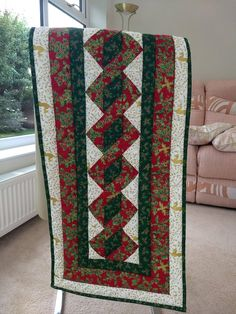 Small Christmas Table Runner Patchwork Table Runner, Table Runner Pattern, Quilted Table Runners, Christmas Decorations To Make, Christmas Colors, Christmas Runner, Christmas Quilting, Xmas Table Runners, Book Quilt