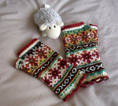 Ravelry: lacesockslupins' 5-Color Scalloped Mittens, by Lizbeth Upitis, 2nd of 11 FG
