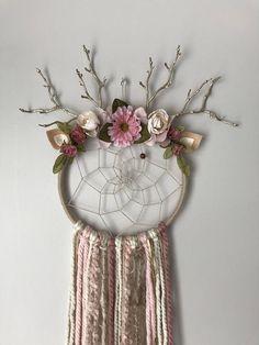 Capteur de rêve magnifique cerf rustique ! Fait avec un cerceau de 8, environ 30 de longueur. Si vous avez une demande personnalisée n'hésitez pas à m'envoyer un message ! Fait sur commande et peut varier légèrement. Dream Catcher Bedroom, Dream Catcher Decor, Dream Catcher Mobile, Cute Crafts, Creative Crafts, Diy Crafts, Material Flowers, Butterfly Wallpaper, Boho Diy