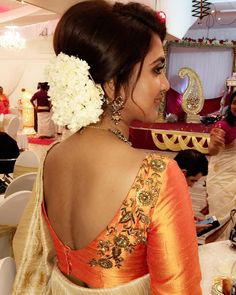 V shape back saree choli blouse design, via Blouse Back Neck Designs, Sari Blouse Designs, Blouse Patterns, Blouse Styles, Hand Work Blouse Design, Sexy Blouse, Saree Blouse, Maggam Work Designs, Blouse Models