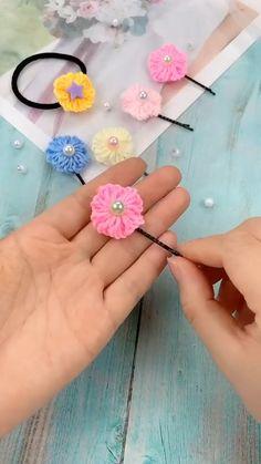 Diy Crafts Love, Diy Crafts Hacks, Diy Crafts For Gifts, Yarn Crafts, Fabric Crafts, Making Fabric Flowers, Diy Flowers, Yarn Flowers, Cloth Flowers