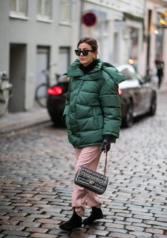 Style an Oversize Green Puffer With Pink Pants Look Street Style, Street Style Women, Puffer Jackets, Winter Jackets, Green Puffer Jacket, Trendy Fall Outfits, Going Out Outfits, Autumn Winter Fashion, Winter Style