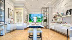 Regularne wizyty konsumentów w drogeriach stacjonarnych były przed pandemią naturalną okazją do zapoznawania się z nowościami, szerokim portfolio produktów oraz możliwością doboru wariantu produktu do indywidualnych potrzeb użytkownika (np. odcień... Dior, Beauty Boutique, Retail Space, Beauty Industry, Beauty Shop, Best Interior, Visual Merchandising, Luxury Branding, Bath And Body