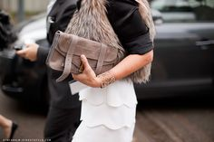 Isso é que é ser fã da marca!!! Na foto consegui identificar a saia, a bolsa e o cinto, ela ainda pode estar com o sapato, os óculos, tatuagem,… Independente das peças Chanel agora: o que significa esta pulseira de teia?!!!!! Foto: Stockholm