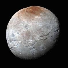 Capturada pela sonda New Horizons, esta é uma foto em close-up da lua de Plutão, Caronte.