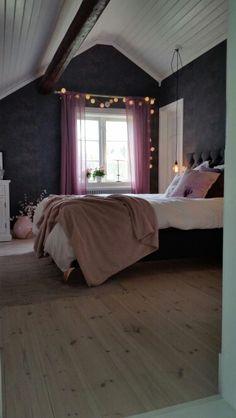 Vårt nya sovrum. Lutat trägolv med hårdvaxolja. Öppet i nock. Säng från carpe diem.