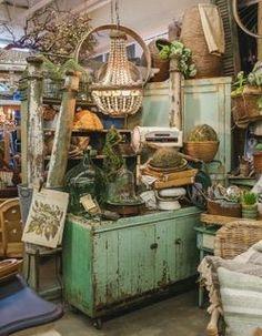 I'D love to shop here! Vintage Display, Antique Booth Displays, Antique Booth Ideas, Vendor Displays, Craft Booth Displays, Store Displays, Display Ideas, Flea Market Booth, Flea Market Style
