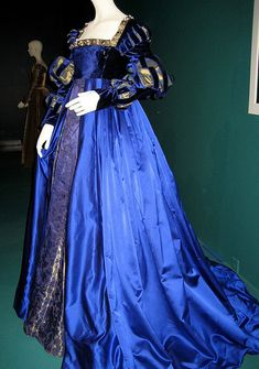 "Medieval and Renaissance Dresses — Anne Boylen ""The Other Boleyn Girl"" dark blue... Italian Renaissance Dress, Mode Renaissance, Costume Renaissance, Renaissance Dresses, Renaissance Fashion, Medieval Dress, 16th Century Fashion, Tudor Dress, Tudor Costumes"