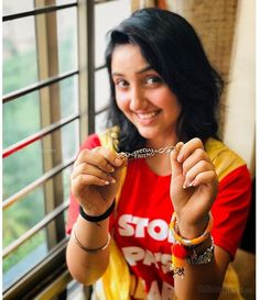 Ashnoor Kaur is an Indian child actress associated with Hindi television and films. She is known for portraying the lead role of Mini Khuranna on Patiala Babes that airs on Sony Entertainment Television. Hd Wallpaper Desktop, Hd Wallpapers For Mobile, Mobile Wallpaper, Twitter Profile Picture, Twitter Image, Child Actresses, Indian Actresses, Sony Entertainment Television, Film Your Name
