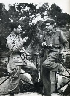 Que maravillosa fotografía, a la izquierda Robert Capa y junto a él George Rodger ambos fueron junto a otros fotógrafos, los creadores de la Agencia Magnum. Curiosamente Rodger, tras realizar sus trabajos en los campos de concentración nazi, decidió dejar la fotografia de guerra y quiso aislarse de la sociedad occidental por lo marcado que le dejo aquella época.
