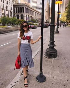 Awesome Fashionable Look With Ruffle Skirt Outfit Ideas - faldas Jupe Skater, Ruffle Skirt, Dress Skirt, Skirt Ootd, Chambray Skirt, Midi Skirt Outfit, Casual Skirt Outfits, Mode Outfits, Fashion Outfits