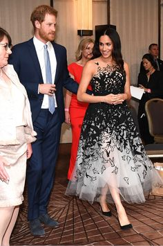 Prince Harry and Meghan Markle have returned to Sydney — in one of their most glamorous looks of the royal tour! Meghan Markle Prince Harry, Prince Harry And Megan, Harry And Meghan, Estilo Meghan Markle, Meghan Markle Stil, Estilo Real, Royal Fashion, Fashion Looks, Meghan Markle Wedding Dress