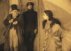 """Die Stummfilmstars Werner Krauss, Conrad Veidt, Lil Dagover (v. l.)  in """"Das Cabinet des Dr. Caligari"""" (1919) – eingefärbt wie einst.  Friedrich-Wilhelm-Murnau-Stiftung, Wiesbaden"""