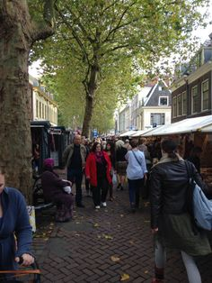 Zaterdagochtend lapjesmarkt in de Breedstraat in Utrecht | The weekly fabrics market is the largest and oldest fabrics and textile market in the Netherlands. The market is held every Saturday morning from 08.00 - 13.00 hrs in de Breedstraat. The market exists for over 400 year.
