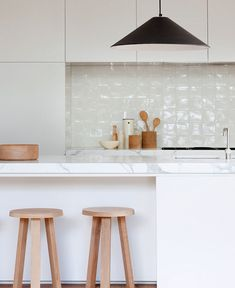 Kitchen Countertop Ideas - Choosing material for your new kitchen countertops means low-maintenance and comfortable kitchen design. Kitchen Interior, New Kitchen, Kitchen Decor, Kitchen White, Kitchen Tiles, Minimal Kitchen, Kitchen Wood, Kitchen Stools, Design Kitchen