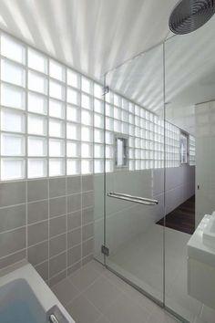 ¿Necesitas una solución para separar zonas en tu cuarto de baño? Apuesta por los baños con pavés: dejan pasar la luz y no restan personalidad.