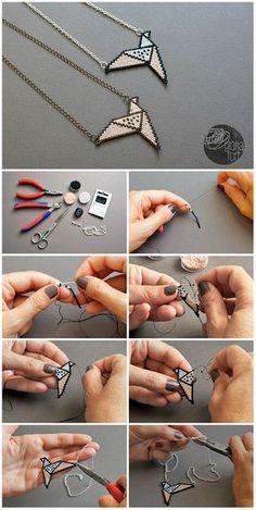 El collaret ORIGAMI és un delicat disseny inspirat en la tècnica ancestral del plegat de paper japonès. Està realitzat amb la tècnica del brick stitch o punt maó, un enfilat de boles que ens permet…