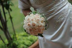 Un classico intramontabile. Un bouquet rotondo di rose bianche