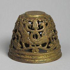 Campana Data: 12 ° secolo Cultura: Media francesi: bronzo Dimensioni: Totale: 3 x 3 3/4 in (7,6 x 9.5 cm) Classificazione:. Lavoro in metallo-Bronzo Metropolitan Museum of Art Numero adesione: 25.120.448