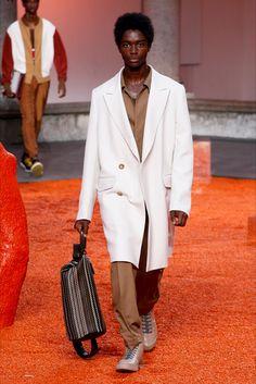 Guarda la sfilata di moda uomo Ermenegildo Zegna a Milano e scopri la collezione di abiti e accessori per la stagione Primavera Estate 2018.