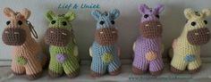 Kleurige giraffen, kant-en-klare sleutelhangers. Leuk om te hebben of kado te geven! Patroontje ook beschikbaar. Zie www.facebook.com/liefenuniek.