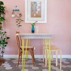 This kitchen is so pretty that you must check it out. It has pink walls, copper pipes, concrete counters and much more. (in Portuguese)