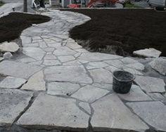Kivikäytävän asennusta Kuva: Ikikivi