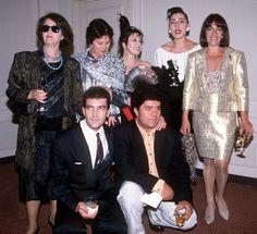 almodóvar y los protagonistas de 'mujeres al borde de una ataque de nervios' durante la recepción organizada por el consulado español en los ángeles con motivo de la candidatura a mejor película extranjera de los óscar en 1988.