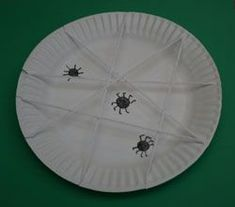 A paper plate spide web craft for kids. Turn a paper plate into a spider web using scissors and yarn. Your kids will love making their own paper plate spider web craft! Spider Web Craft, Spider Crafts, Insect Crafts, Bug Crafts, Preschool Projects, Preschool Crafts, Classroom Crafts, Classroom Ideas, Art For Kids