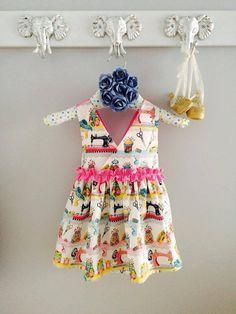 Vous cherchez un look denfer pour votre mini? Voici la robe Haute couture! Une superbe pièce qui fera fureur cet été! Fait à la main avec