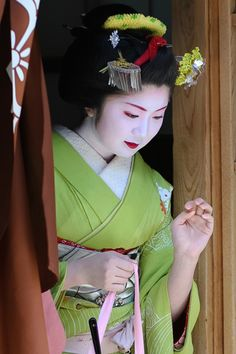 Kimiyu, maiko from the Miyagawa-cho district in Kyoto, via Genevieve A. on flickr