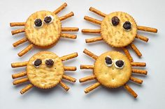 These Halloween spider crackers are an easy recipe that kids can make themselves for a somewhat healthy snack. Halloween Snacks For Kids, Holiday Snacks, Healthy Halloween Treats, Halloween Party Treats, Halloween Fun, Halloween Cookies, Fall Snacks, Halloween Activities, Halloween Dishes