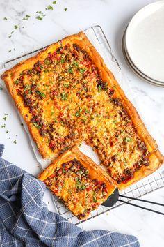 Plaattaart met gehakt - In 15 min. in de oven! - Lekker en Simpel Love Food, A Food, Food And Drink, Garlic Parmesan Potatoes, Pita Wrap, Work Meals, Tasty, Yummy Food, Yummy Yummy