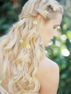 Beautiful wedding hairstyle with daisies #flowers #hair  Photo by: Jess Wilcox on Kelly Oshiro