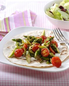 Wraps met geroerbakte asperges en kidneybonensalade met bosui