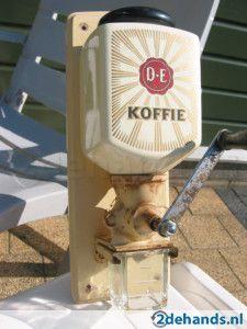 Zo'n koffiemolen had mijn oma vroeger aan de kelderdeur hangen.