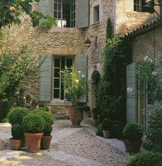 ideas for garden patio pots pea gravel Pea Gravel Garden, Terrace Garden, French Courtyard, Italian Courtyard, Landscape Design, Garden Design, Italian Garden, Exterior, French Country Style