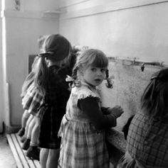 Robert Doisneau ♥ The washbasin, 1956 Robert Doisneau, Vintage Photographs, Vintage Photos, Black And White Pictures, Black White, Willy Ronis, Vintage School, French Photographers, Baby Kind