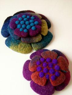 Kuvahaun tulos haulle Amazing Felt Creations by Atsuko Sasaki Fabric Brooch, Felt Brooch, Nuno Felting, Needle Felting, Felt Flowers, Fabric Flowers, Felt Embroidery, Art Textile, Wool Art