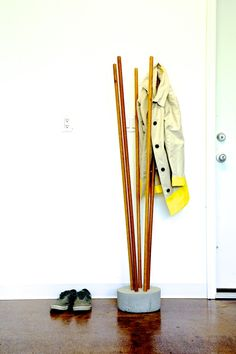 Modern Concrete and Broomstick Coat Tree - Ana White Tree Furniture, Concrete Furniture, Diy Furniture Plans Wood Projects, Cool Furniture, Furniture Dolly, Garden Furniture, Outdoor Furniture, Concrete Crafts, Concrete Projects