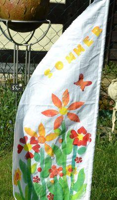 Bastelidee für Kindergruppen: Kunterbunte Gartenfahne mit selbstgemachten Moosgummistempeln