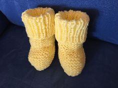 È da un bel po' che non lavoro a maglia.. e dato che uno dei buoni propositi per il 2017 era migliorare la mia tecnica con i ferri, ho ricominciato con questo piccolo progettino ❤️ #calcetines #scarpineaiferri #lavorareamaglia #iloveknitting #knit #knitting #knitstagram #knittinglife #knitshoes #knitbaby #knitbabybooties #handmadeaddict #handmade #silviahandmade #madewithlove #knittinginspiration