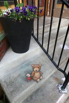 Lost and found — David Zinn, 2019 at The Jefferson Market, Ann Arbor, MI. 3d Street Art, Street Art Graffiti, Graffiti Artists, Abstract Sculpture, Sculpture Art, Metal Sculptures, 3d Sidewalk Art, New York Graffiti, Pavement Art