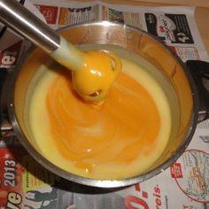Nun muss fleißig weitergerührt werden. Man sieht sehr deutlich, dass die Masse noch nicht homogen vermischt ist. Die Farbe kommt nur durch den Honig zustande, es wurden keine Farbstoffe oder Pigmente verarbeitet.