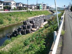 8/27 PM13:44 境川にあった謎の物体。 (後で川の擁壁が崩れたのを抑えるために土嚢だと、教えていただきました。)