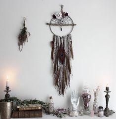 Elixir de Patchouli . grand attrape-rêves améthyste roses vintage, quartz, Swarovski plumes de paon décoration pagan bohème et sorcellerie.
