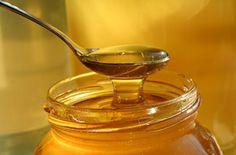 O mel é um lubrificante natural que amacia e hidrata a pele protegendo-a. Ele é considerado um dos melhores produtos naturais para cuidar da pele. O óleo d